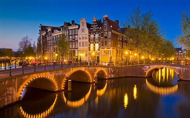 ve-may-bay-di-amsterdam